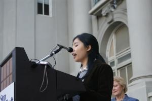 Ying Wu es investigadora de trabajos públicos de la Oficina del Comisionado Laboral de California.