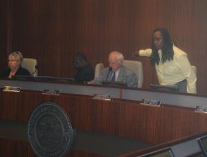 La concejal Jovanka Beckles reprocha al alcalde Tom Butt, por su rechazo al moratorio.