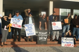 Manifestantes frente al Ayuntamiento de Richmond, donde apoyaron la propuesta de un moratorio a los desalojos de vivienda.